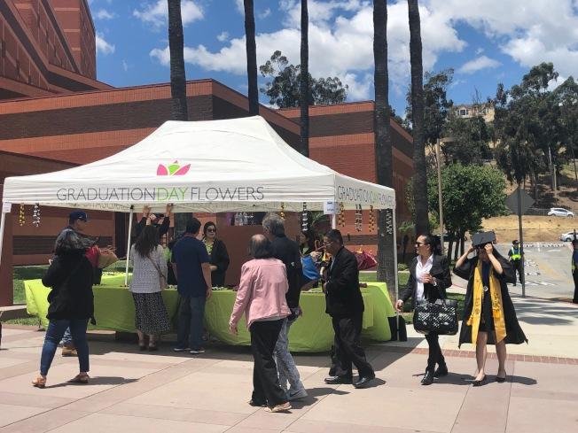 洛杉磯州大20日校園內洋溢著畢業的喧囂和歡樂。(記者張宏/攝影)
