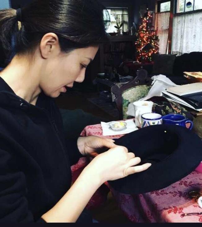 時常為製作帽子忙到凌晨的李曦。(李曦提供)