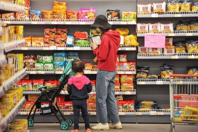 美中關稅戰開打,經濟學界分析危及400億元銷售令1萬多家商店關門。圖為在中國青島的一家進口商店。(Getty Images)