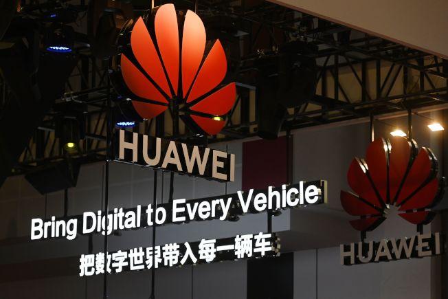 在北京電子店內展示的華為最新款手機Mate20P。遵從美國政府命令,谷歌切斷與華為的技術關係,中國境外的華為手機無法再使用Google更新軟件,也不能再使用Youtube、Gmail等服務。(美聯社)