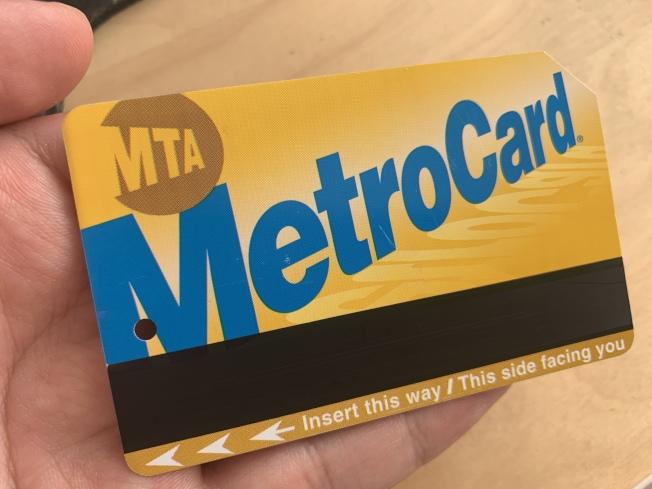 MTA將投票決定是否向公校學生發放全價捷運卡,學生可在上學日免費乘坐三次地鐵或公車。(記者和釗宇/攝影)