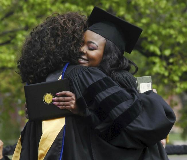 雖然失業率是32年新低,今年應屆畢業生的起薪未比去年增加。圖為電視天后溫芙蕾(左)19日參加科羅拉多州一所學院畢業典禮。(美聯社)