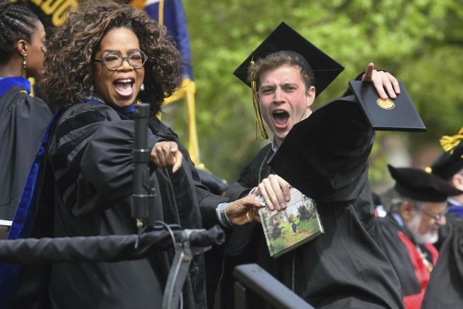 雖然失業率是32年新低,今年應屆畢業生的起薪未比去年增加。圖為電視天后溫芙蕾(前左)19日參加科羅拉多州一所學院畢業典禮。(美聯社)
