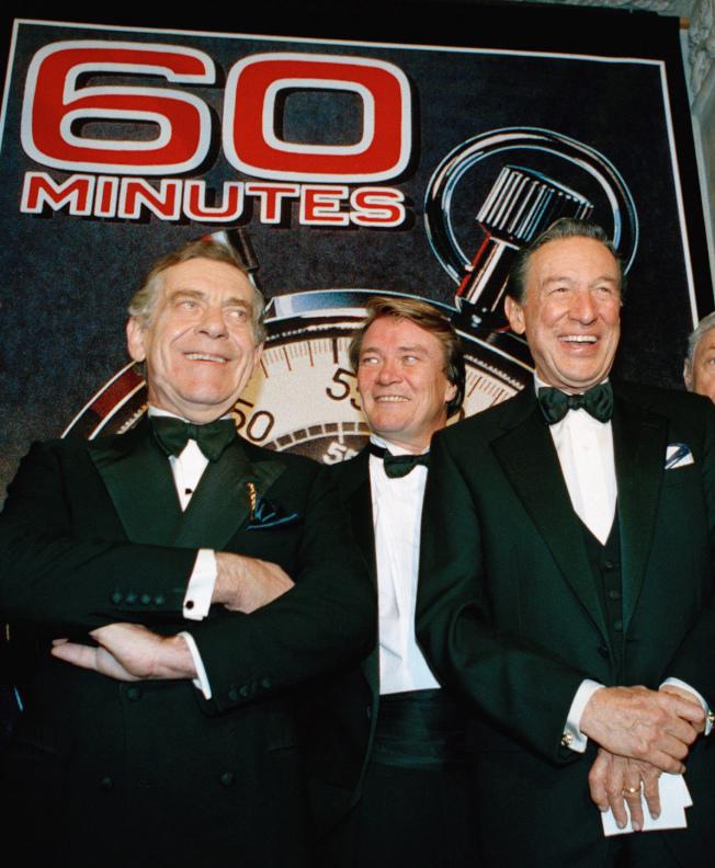 「60分鐘」主播團隊,左起依序為塞弗、克羅夫特和華勒斯(Mike Wallace),圖為三人2016年在紐約大都會藝術博物館慶祝。(美聯社)