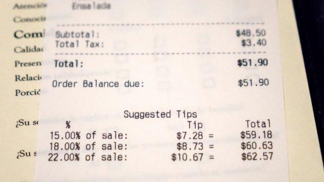 消費專家指出,餐館小費達稅前消費總額的15%到20%已經足夠。但很多餐館收據的小費建議,是根據稅後帳單計算。(取自推特)