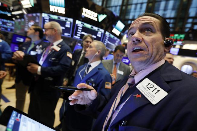 理財專家認為,投資股票市場可讓年輕人快速致富,但許多人避過。(美聯社)