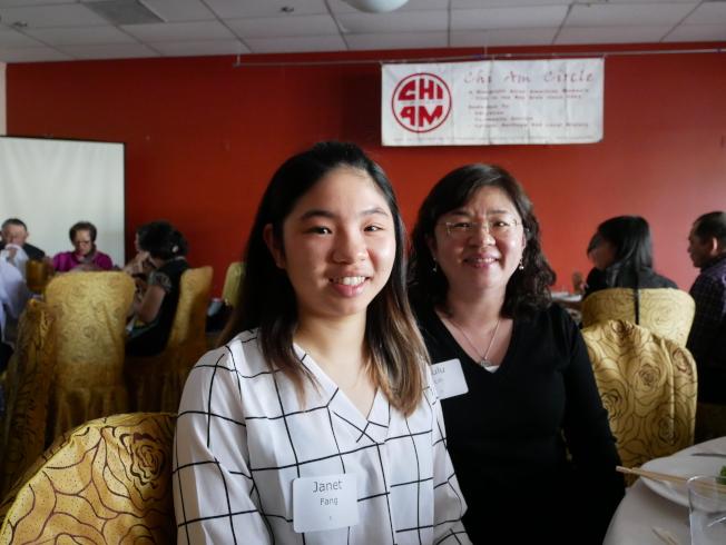 獲獎華裔學生方可心(左圖左)和母親林純如。(記者梁雨辰╱攝影)