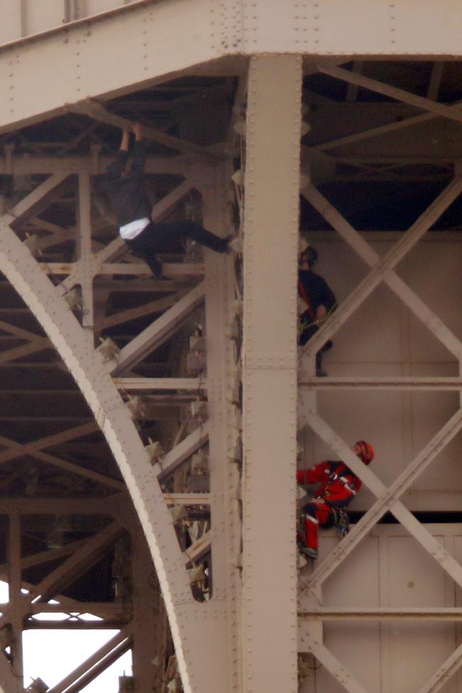 法國巴黎知名地標艾菲爾鐵塔,20日下午因為1名男子徒手攀爬鐵塔,導致當局緊急封鎖鐵塔並疏散遊客,最後耗時7小時才制伏這名男子,警方尚不清楚男子的攀爬動機;鐵塔官方隨後宣布會在21日重新對外開放。(路透)