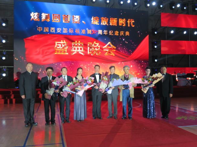 禤偉雄伉儷(左四、五)等人獲頒特別貢獻獎。(記者王又春╱攝影)