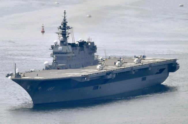日本海上自衛隊的「出雲號」名為驅逐艦,實際上是準航母,可供直升機起降,近期將改裝甲板,能搭載F-35B垂直起降戰機。美聯社