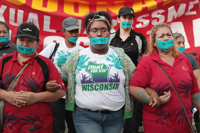 全美20個城市共25名女性21日控告麥當勞快餐連鎖店,或向平等就業機會委員會提出申訴。圖為麥當勞員工和活動分子去年為性騷擾問題舉行示威。(Getty Images)