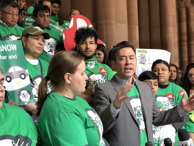 移民團體到州府再次呼籲綠燈紐約法案通過,講話者為崔慶漢。(取自推特)