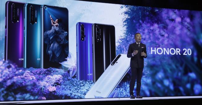 華為積極開拓美國以外市場,圖為華為旗下榮耀手機總裁趙明21日在英國倫敦主持新款手機發表會。(美聯社)