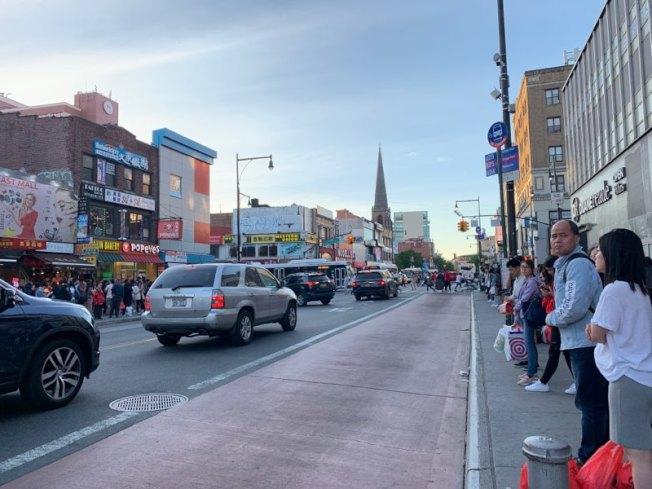 MTA計畫在法拉盛40路至北方大道間的緬街路段,規畫增設公車專用道,引起民眾質疑。(記者賴蕙榆/攝影)
