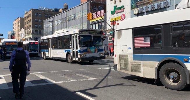 緬街上總計十餘條公車線路,每日乘載15萬名乘客。(記者賴蕙榆/攝影)