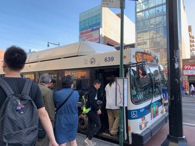 大都會運輸署(MTA)計畫今年秋季調整三大區23條公車線班表,此舉將加快部分乘客的通勤,但恐加長部分公車站民眾的等待時間。(記者賴蕙榆/攝影)