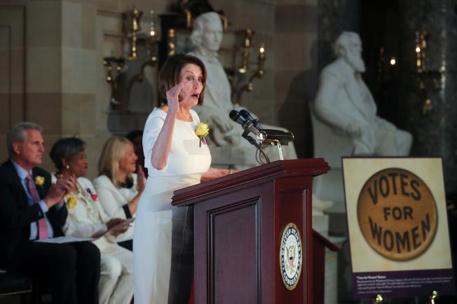 民主黨內彈劾川普聲浪日高,國會眾院議長波洛西(中)壓力大增。圖為波洛西在眾院主持活動。(路透)