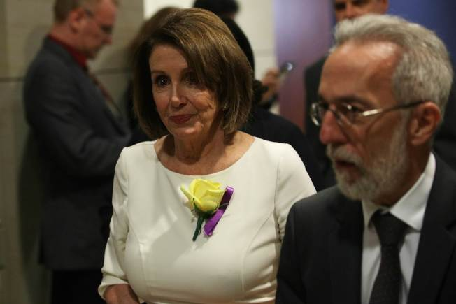 民主黨內彈劾川普聲浪日高,國會眾院議長波洛西(左)壓力大增。圖為波洛西與眾院民主黨團開會。(Getty Images)