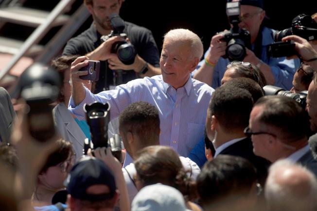 前副總統白登在民主黨內民調領先,圖為白登上周末在費城舉行造勢活動時,和支持者玩自拍。(路透)