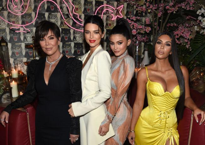 凱莉詹納(右二)與母親克莉絲賀頓(左一)、姊姊肯達爾詹納(左二)及金卡達夏(右)。 (Getty Images)