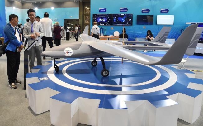 中國在人工智能等尖端科技發展迅速,圖為北京全國科技周活動期間,展出的多用途無人飛機。(新華社)