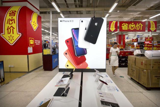 高盛分析師預測,若中國以禁止蘋果產品做為貿易戰報復美國的手段,將使蘋果獲利下滑近30%。  美聯社