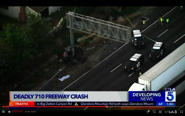 一輛轎車22日清晨在710號公路Firestone Boulevard出口處撞上路邊電線桿,造成四名男子當場身亡。(取自KTLA)