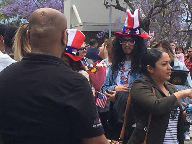 民眾穿戴「愛國」服裝及飾品,一起為親友慶祝成為美國公民的重要時刻。(記者謝雨珊/攝影)