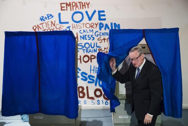 費城市長肯尼幾乎賭定連任。圖為他在初選日前往投票。(美聯社)