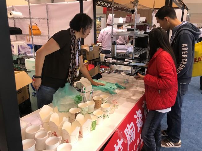 中國展區環保餐具吸引業者詢問。(特派員黃惠玲╱攝影)