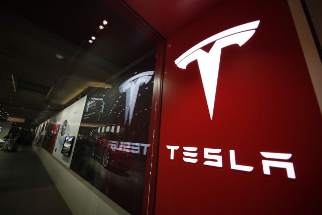 「消費者報導」雜誌22日發布的測試結果指出,特斯拉自動駕駛系統的「自動變換車道」新功能,可能存在安全風險。(美聯社)