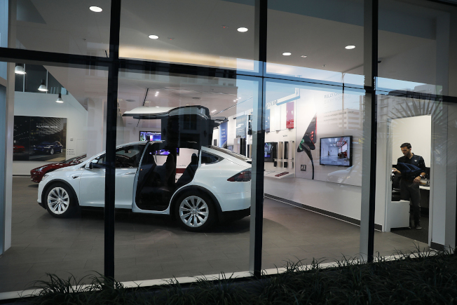 「消費者報導」雜誌22日發布的測試結果指出,特斯拉自動駕駛系統的「自動變換車道」新功能,可能存在安全風險。圖為邁阿密一家特斯拉經銷商在展示間停放的特斯拉車。(Getty Images)