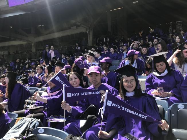 不少華裔學生參加紐約大學畢業典禮。(記者和釗宇/攝影)