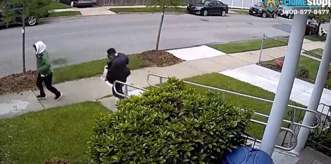 兩名男子日前涉嫌入室盜竊,被警方通緝。(市警提供)