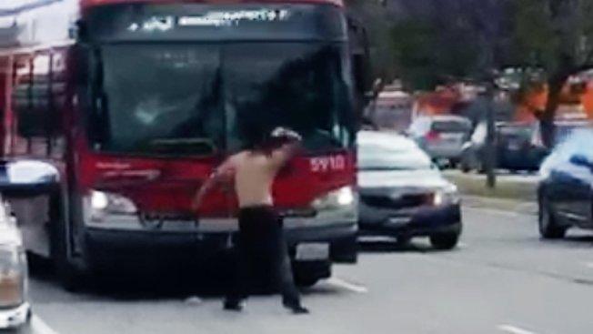 嫌犯對公車擋風玻璃猛砸石頭。(KTLA電視台)