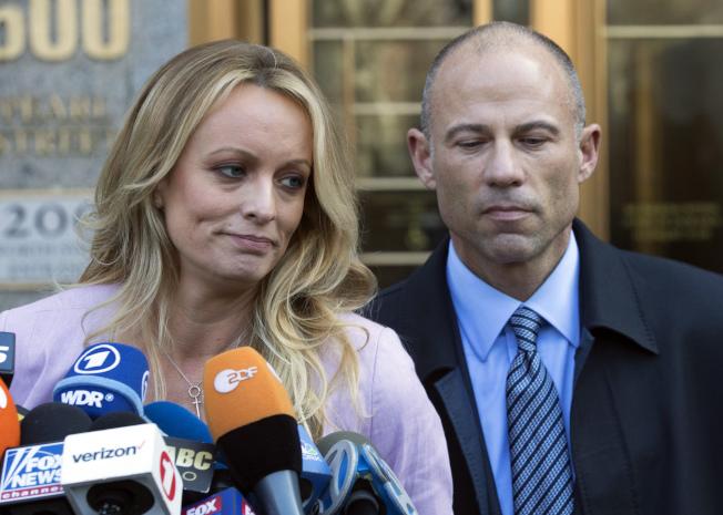 因代表自稱與川普總統有染的脫星「風暴丹尼爾斯 」(左)闖出名氣的律師艾維納提 (右),22日被控詐騙風暴女的錢財。(美聯社)