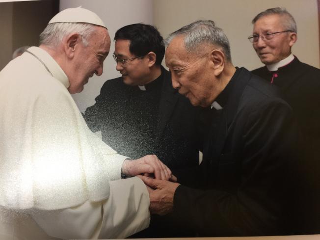 遭中共監禁勞改27年的朱立德神父在獲得教宗方濟各接見時,向教宗表達對中國教會仍受壓迫的憂慮,教宗表達會持續為中國教會祈禱。(中央社╱朱立德提供)
