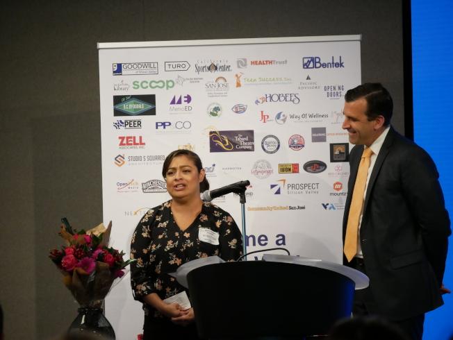 岡薩雷斯(左)講述女兒的轉變。右為市長李卡多。(記者梁雨辰/攝影)