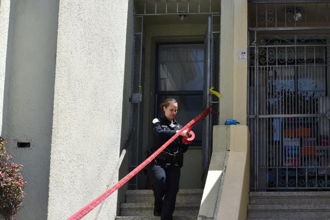 連續三天警員都在住宅內搜證調查。(記者李秀蘭/攝影)