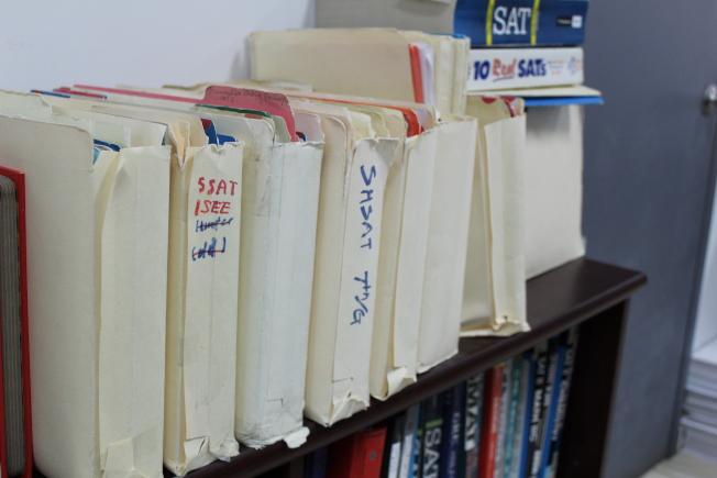 圖為準備SHSAT的參考書及資料。(記者劉大琪/攝影)
