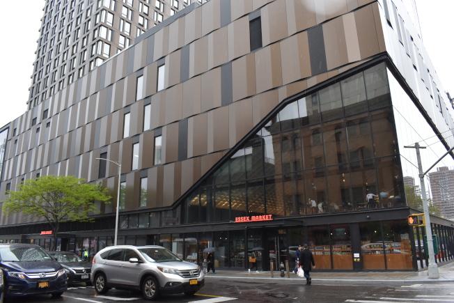 艾塞克斯街市場一改老舊形象,其新穎建築和高達45呎玻璃牆,讓市場變得時尚。(記者顏嘉瑩/攝影)