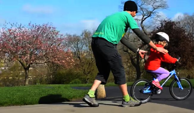 教子女獨立,就像教幼齡子女騎車,扶好之後要懂得放手。(Youtube)