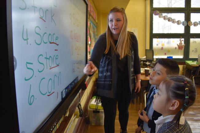 聖麥克天主學校的英文老師與孩子互動。(記者顏嘉瑩/攝影)