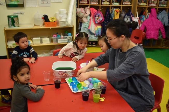 常春藤幼稚園的老師帶著各族裔的孩子製作復活節彩蛋。(記者顏嘉瑩/攝影)