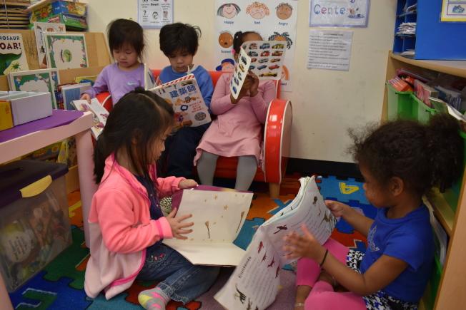 蔡擎表示,家長為孩子說故事時,可以讓孩子用自己的想法和方式,重新用第二語言將故事再講一遍,增加練習機會並訓練邏輯思考。(記者顏嘉瑩/攝影)
