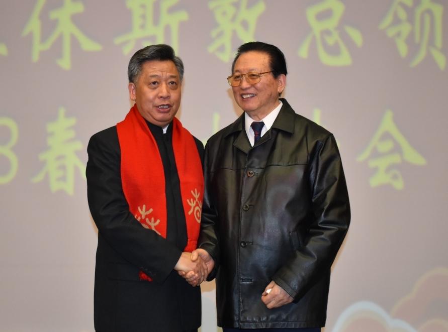 駐休士頓中國總領事李强民(左)和盧林醫師合影。