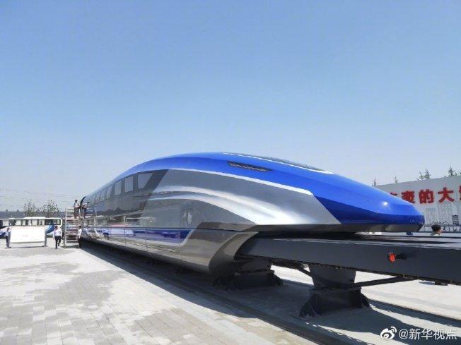 中國自行研發的時速600公里高速磁浮試驗樣車,5月23日在山東青島正式亮相。(新華網)