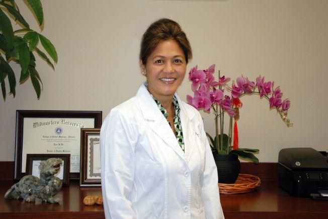 余佩櫻牙醫,有二十多年行醫經驗,擅長運用各種牙科技巧,精通廣東話、台山話、普通話、西班牙話等幾種言語。