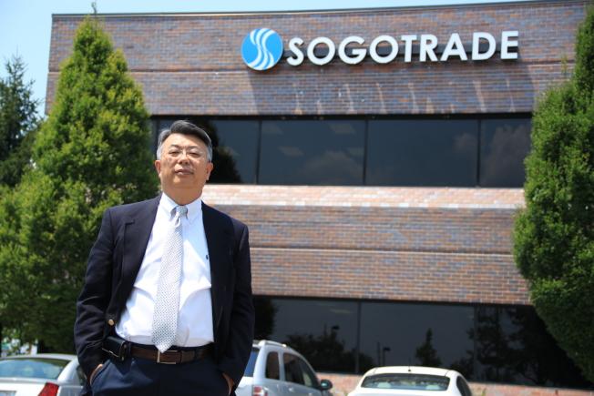 SogoTrade執行長姚武銓Jonathan Yao攝於總部辦公大樓前。
