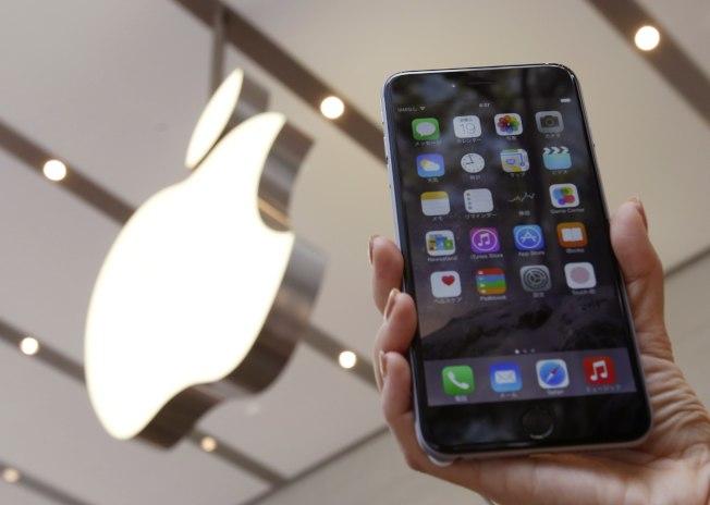彭博資訊專欄作家高燦鳴指出,科技大廠蘋果其實不需耗費太多精力,就能讓在美銷售的iPhone不在中國製造。(路透)